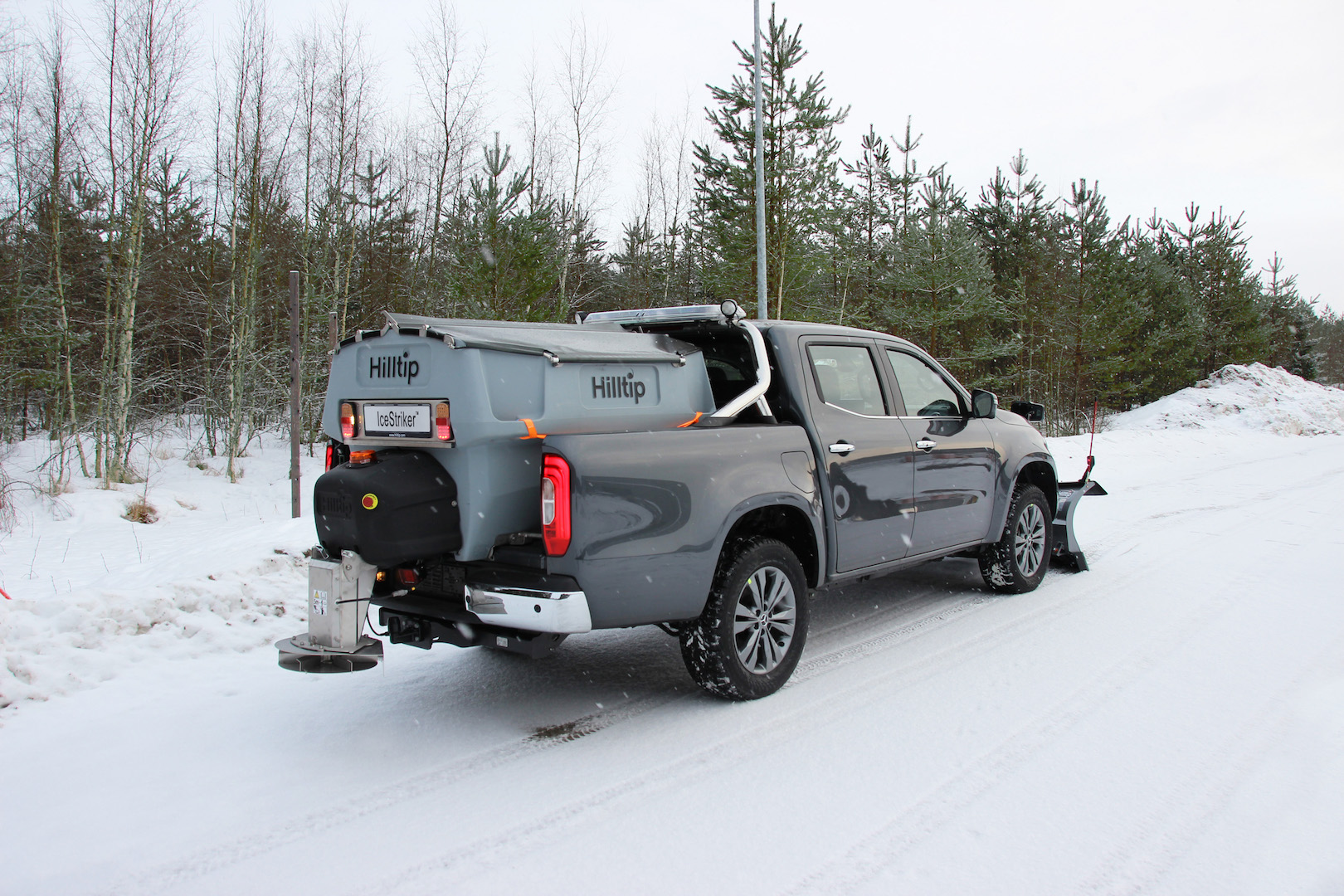 winterdienstfahrzeug-mercedes-x-klasse-Hilltip-IceStriker-Streusystem-1