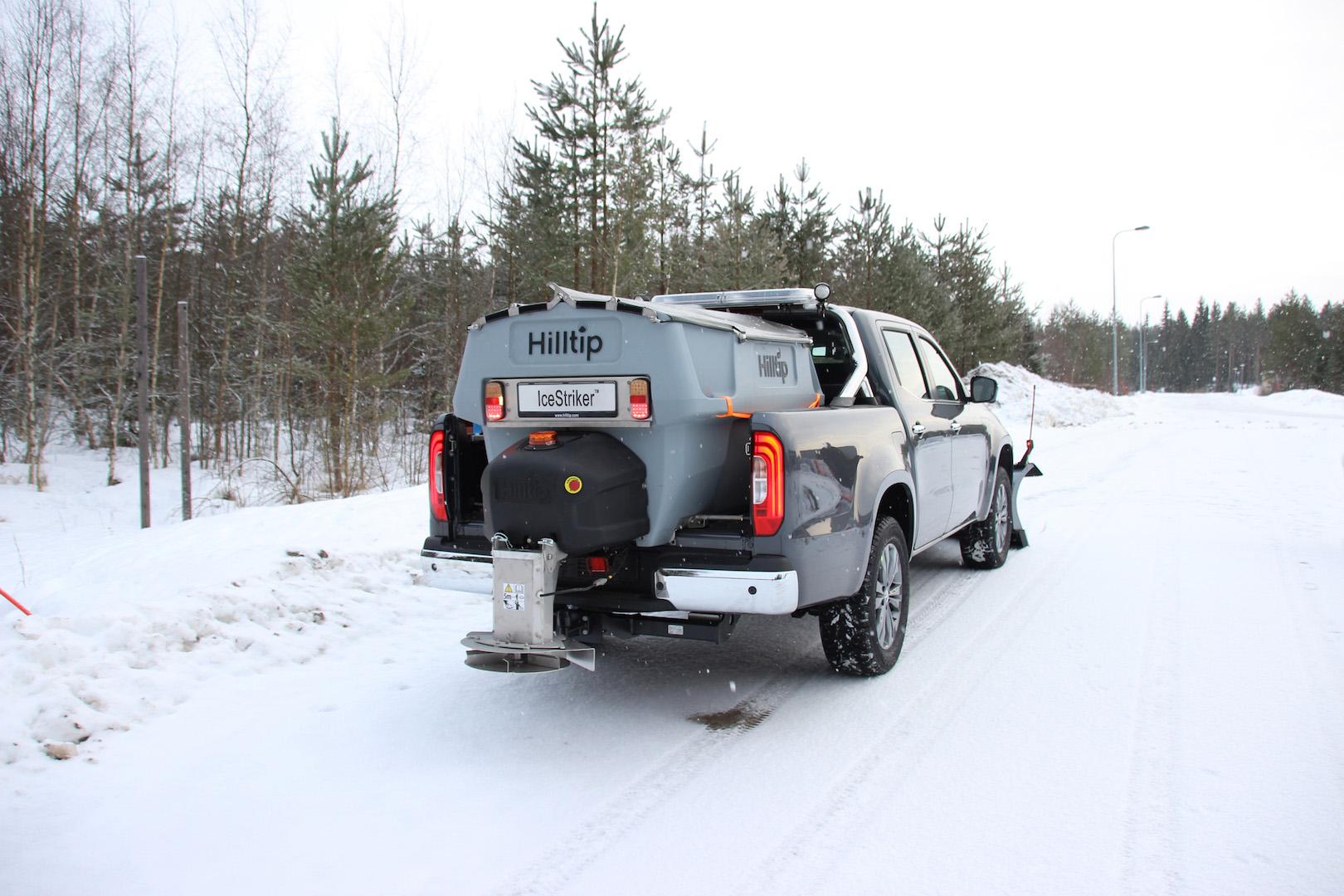 winterdienstfahrzeug-mercedes-x-klasse-Hilltip-IceStriker-Streusystem